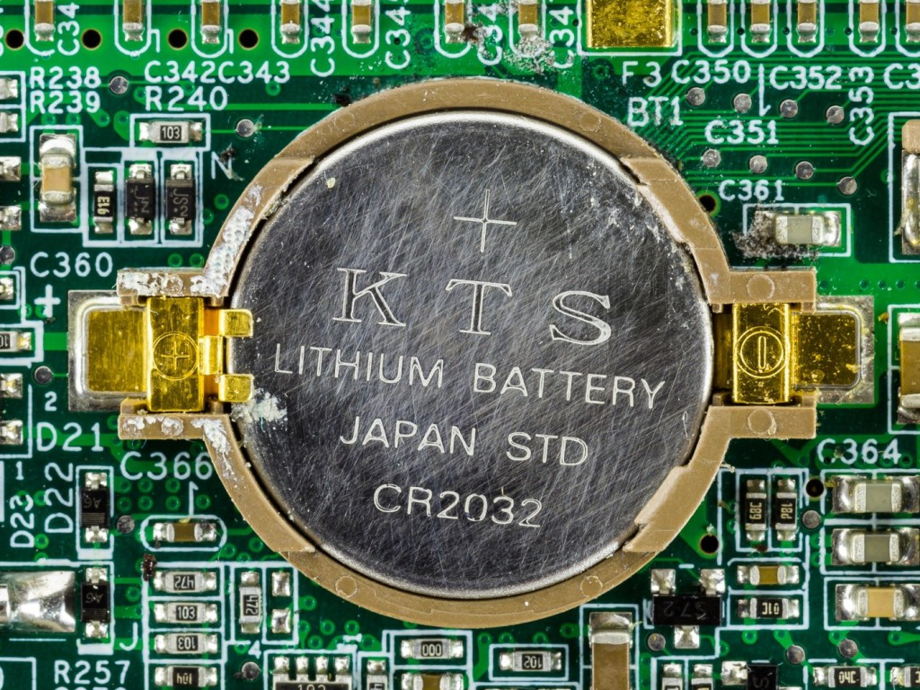 Quelle: https://upload.wikimedia.org/wikipedia/commons/d/dd/Yakumo_Notebook_536S_-_CR2032_backup_battery_on_motherboard-4667.jpg