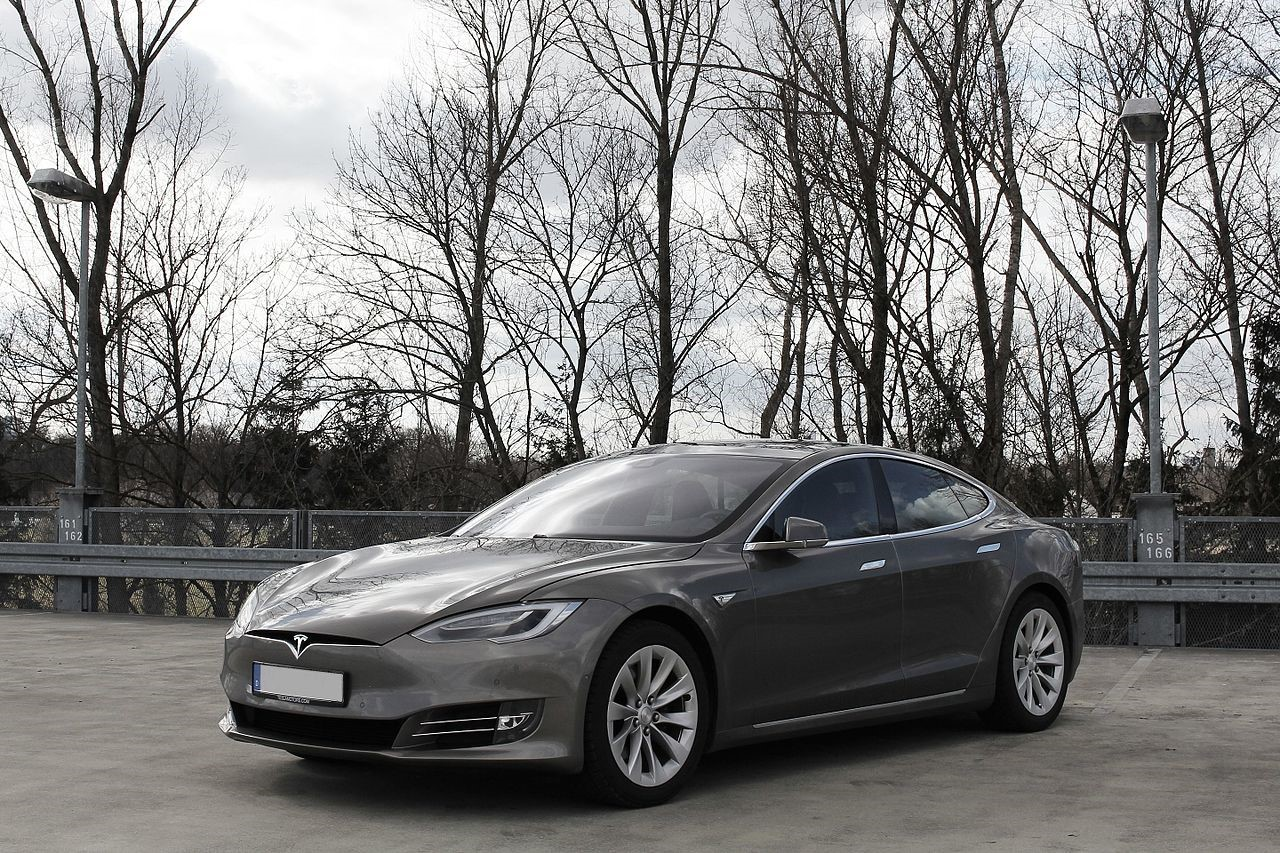 Quelle: https://upload.wikimedia.org/wikipedia/commons/thumb/6/6d/Tesla_Model_S_%28Facelift_ab_04-2016%29.jpg/1280px-Tesla_Model_S_%28Facelift_ab_04-2016%29.jpg