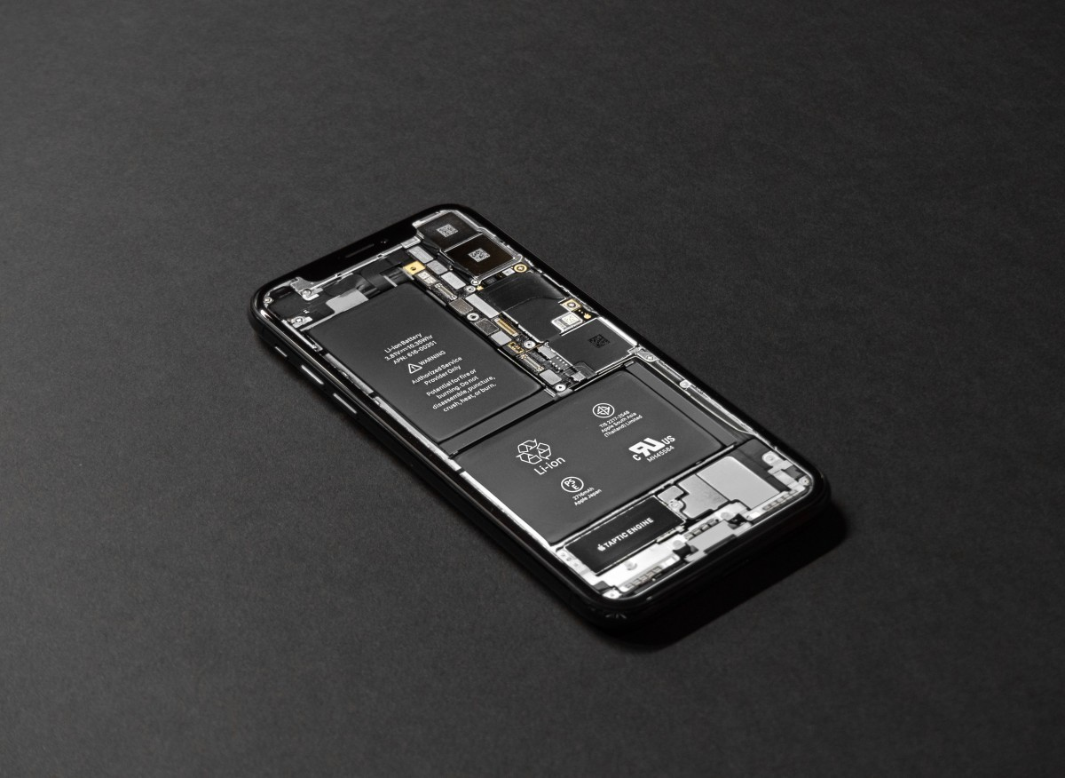Quelle: https://c.pxhere.com/photos/5b/40/battery_black_background_cellphone_cellular_telephone_circuit_connection_design_device-1549247.jpg!d